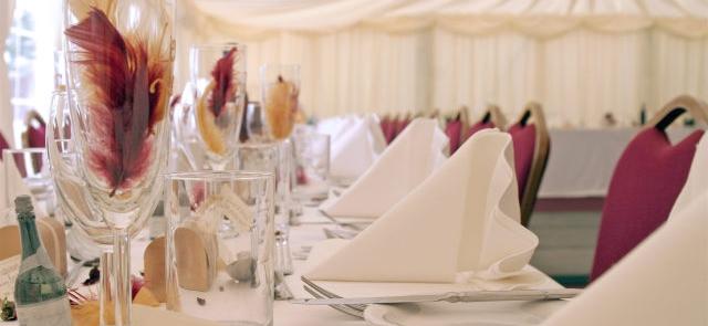 Strusie pióra na weselnym stole