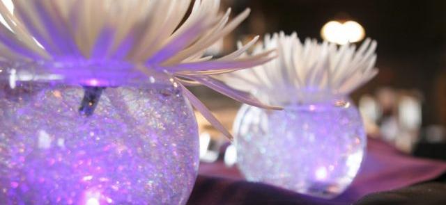 Szklane kule ze świeczką z białymi kwiatami