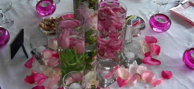 Płatki róż i zatopione kwiaty jako dekoracja