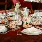 Bordowy obrus na weselnym stole
