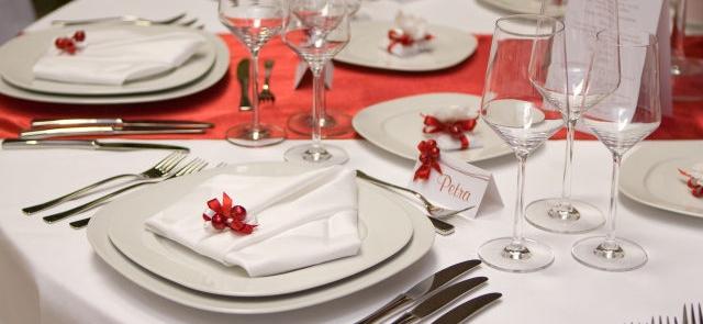 Białe nakrycie stołu z czerwonym bieżnikiem