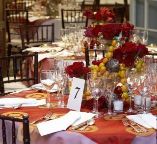Czerwony obrus i róże na stole weselnym