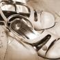 Buty satynowe z broszką