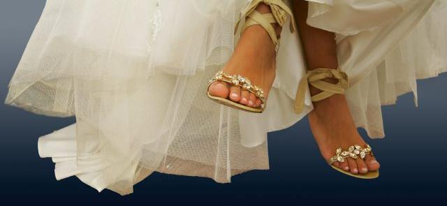 Złote buty ślubne z motywem liści