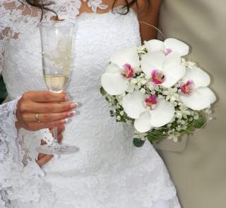 Białe orchidee w bukiecie ślubnym