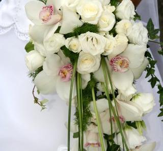 Wiązanka kaskadowa z białych orchidei i róż