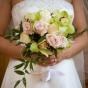Zielone storczyki i róże dla Panny Młodej