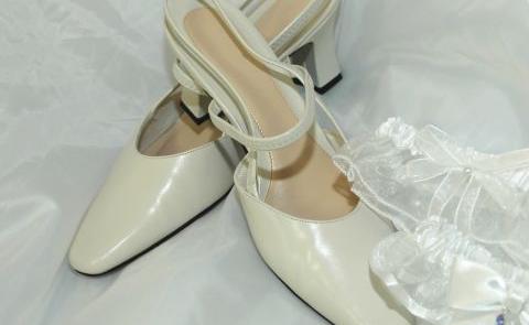 Buty kremowe z odkrytą piętą