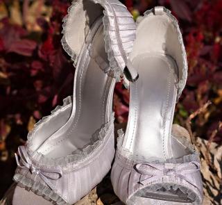 Srebrzyste buty ślubne z falbanką