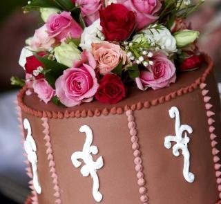Czekoladowo-różowy tort weselny