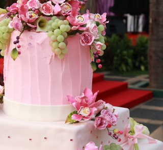 Różowy tort z winogronami