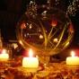 Dekoracyjne kule na weselnym stole