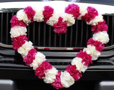 Biało-różowe serce dekorujące samochód