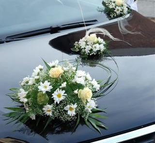 Róże i margaretki - ozdoba auta dla Młodej Pary