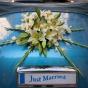 Bukiet z lilii i mieczyków ozdobą ślubnego auta retro