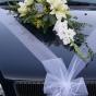 Wiązanka z kwiatów na karoserii auta ślubnego