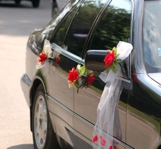 Bukieciki z róż i różane płatki na tiulowej wstążce