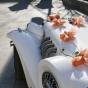 Auto retro i pomarańczowe kokardki