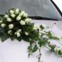 Róże i bluszcz na ślubnej limuzynie