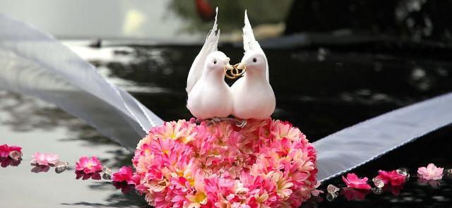 Z gołąbkami lub bez - dekoracja limuzyny ślubnej
