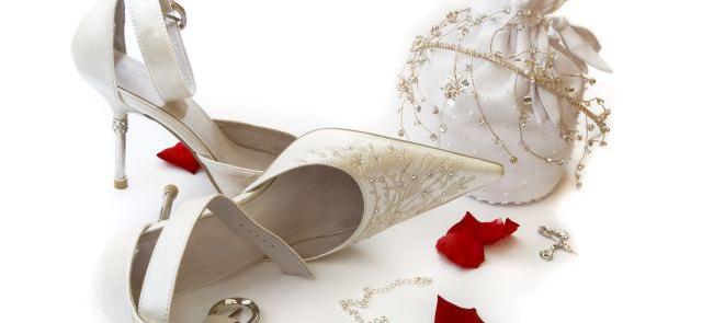 Obuwie ślubne z haftem i ozdobnym obcasem