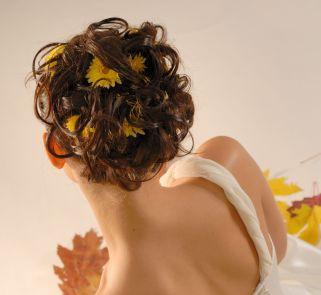 Jesienna fryzura ślubna - burza włosów