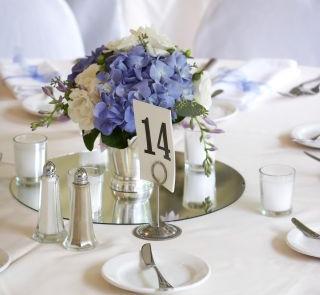 Bukieciki hortensji jako ozdoba stołu