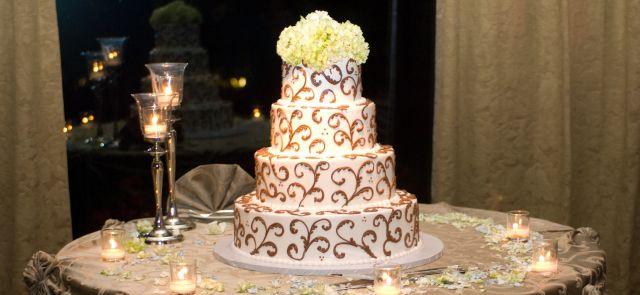 Tort weselny ozdobiony hortensją