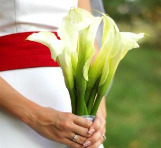 Białe kantadeski w wiązance ślubnej