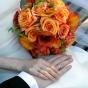 Herbaciane kantadeski i róże w wiązance ślubnej