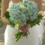 Niebieskie hortensje i kantadeski w bukiecie ślubnym