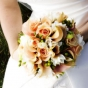 Bukiet ślubny - kantadeski, róże, frezje i owoce dziurawca