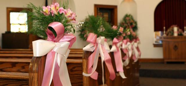 Kwiaty do kościoła na ślub - stroiki z astromerii