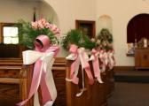 Dekoracje ślubne z kwiatów w kościele