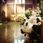 Dekoracje z białych kwiatów - lilii, storczyków, eustomy