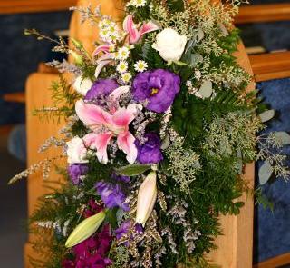 Jesienny bukiet z lilii i paproci do dekoracji kościoła