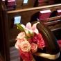 Różowe dekoracje ślubne w kościele
