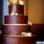Tort czekoladowy przystrojony kwiatami