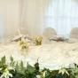 Stół weselny z zielonymi listkami