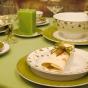 Stół weselny z zieloną świecą