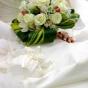 Białe róże w aureoli z liści
