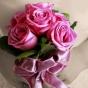 Małe różowe róże przewiązane wstążką