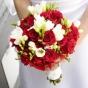 Czerwone róże i białe frezje