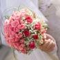 Róże w kolorze różowymi przystrojone gipsówką