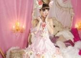 Różowa suknia ślubna - ekstrawagancka kreacja Panny Młodej
