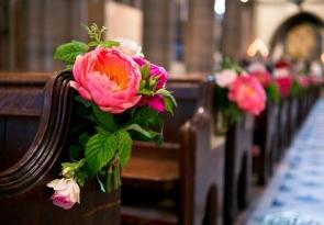 Dekoracje kościoła na ślub z żywych kwiatów
