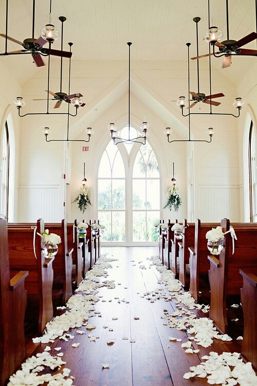 Alejka ślubna usypana płatkami kwiatów