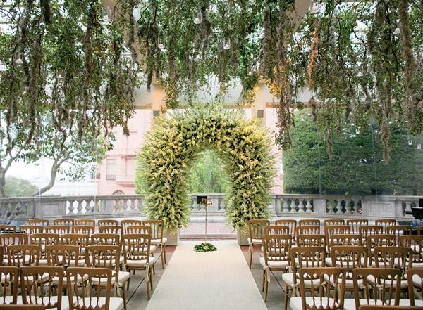 Kwiatowa pergola na ślub w plenerze