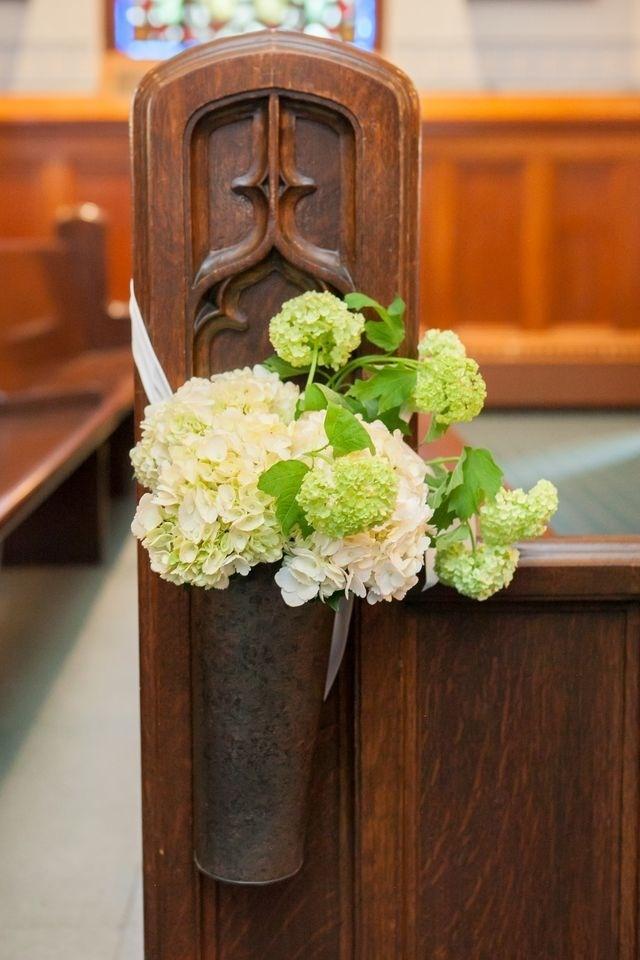 Kwiatowe dekoracje na ślub w kościele