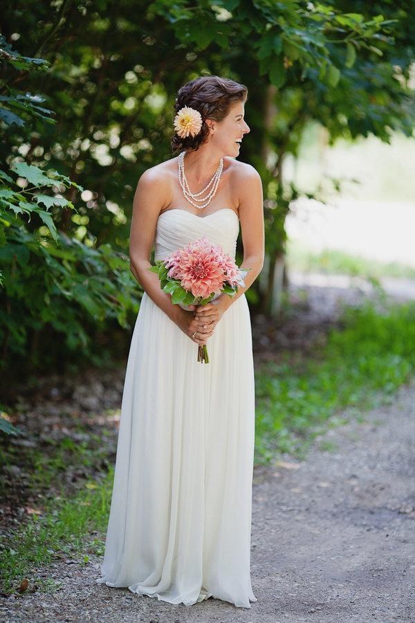 Prosta suknia ślubna z dekoltem w serce